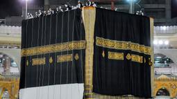 Kiswah baru, atau kain hitam dipasangkan di situs paling suci Islam, Ka'bah di Mekah (29/7/2020). Kain ini biasanya diganti setiap tahun pada tanggal 9 Dzulhijjah, hari ketika jamaah haji berjalan ke Bukit Arafah pada musim Haji. (Saudi Media Ministry via AP)