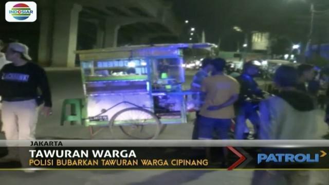 Polisi membubarkan tawuran antar warga di kawasan Cipinang Muara, Jatinegara, Jakarta Timur. Polisi berhasil mengamankan seorang pemuda yang diduga provokator.  Seperti ditayangkan Patroli Indosiar, Senin (8/1/2018), anggota kepolisian Satuan Gerak C...