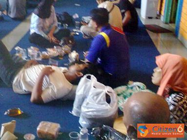 Citizen6, Bakauheni: Sedangkan para penumpang yang selamat sedang menunggu di Pelabuhan Bakauheni, Lampung Selatan (Lamsel). (Pengirim: Hendricus Widiantoro)