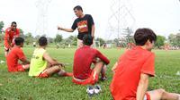 Ferry Paulus saat berbincang dengan para pemain Persija Jakarta pada laga uji coba melawan Villa 2000 di Lapangan sepak bola POR Pelita, Sawangan, Depok, Sabtu (23/4/2016). (Bola.com/Nicklas Hanoatubun)