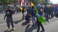 Ratusan elemen buruh dari berbagai organisasi  melakukan aksi demo menolak UU Cipta Kerja, Selasa (6/10/2020). (Foto: Liputan6.com/Dian Kurniawan)