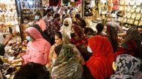 Orang-orang di Lahore, Pakistan, berbelanja untuk liburan Idul Fitri. (KM Chaudary / AP Photo)