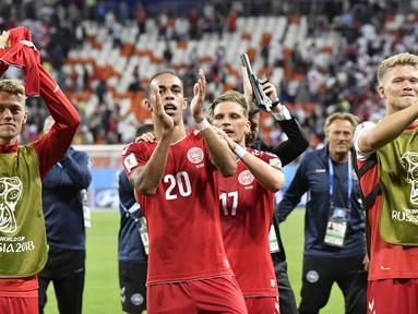 Para pemain Denmark menyapa suporter usai mengalahkan Peru pada laga Grup C Piala Dunia di Mordovia Arena, Saransk, Sabtu (16/6/2018). Denmark menang 1-0 atas Peru. (AP/Martin Meissner)
