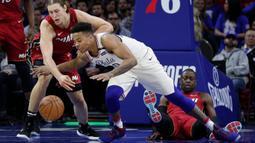 Pemain Philadelphia 76ers, Markelle Fultz (tengah) berebut bola dengan pemain Miami Heat, Kelly Olynyk (kiri) pada NBA basketball playoff series di Wells Fargo Center, Philadelphia, (16/4/2018). Heat menang 113-103. (AP/Chris Szagola)