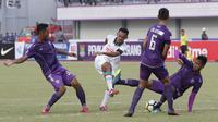 Pemain  PSS Sleman, Rangga Muslim, melepaskan tendangan ke gawang Persita Tangerang pada laga Liga 2 di Stadion Benteng Taruna, Tangerang, Jumat (26/10/2018). Kedua tim bermain imbang 1-1. (Bola.com/M Iqbal Ichsan)