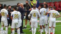 Pelatih Real Madrid, Zinedine Zidane, memberikan arahan kepada anak asuhnya saat melawan Athletic Bilbao pada laga La liga di Stadion San Mames, Minggu (5/7/2020). Real Madrid menang 1-0 atas Athletic Bilbao. (AFP/Ander Gillenea)
