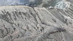 Wisatawan menaiki anak tangga menuju puncak Gunung Bromo, Probolinggo, Jatim, Minggu (8/7). Gunung Bromo masih menjadi destinasi wisata primadona yang ramai dikunjungi wisatawan setiap tahunnya. (Liputan6.com/Arya Manggala)