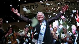 Rita Berkowitz (83) merayakan kemenangannya saat kontes kecantikan Miss Holocaust Survivor di Israel, Selasa (24/11). 13 wanita lansia mengikuti kontes kecantikan tahun ketiga yang diperuntukkan bagi korban selamat genosida Nazi. (REUTERS/Amir Cohen)