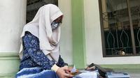 Seorang pelajar di Pekanbaru belajar daring sejak pandemi Covid-19. (Liputan6.com/M Syukur)