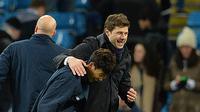 Pelatih Tottenham Hotspur, Mauricio Pochettino (kanan) tertawa bersama pemain Spurs, Son Heung-Min usai menang atas Manchester City pada lanjutan Liga Inggris pekan ke-26 di Stadion Etihad, Minggu (14/2/2016). (AFP/Paul Ellis)