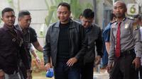 Bupati Lampung Utara Agung Ilmu Mangkunegara (tengah) dikawal petugas setibanya di Gedung KPK, Jakarta, Senin (7/10/2019). KPK mengamankan Agung dan enam orang lainnya berikut uang Rp 600 juta setelah terjaring operasi tangkap tangan (OTT) pada Minggu (6/10) malam. (merdeka.com/Dwi Narwoko)