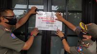 Satpol PP Bogor menyegel tempat hiburan yang beroperasi saat PSBB. (Achmad Sudarno/Liputan6.com)