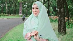 Ibu dari Yusuf Ramadhan ini tak pernah ragu dalam memadu padankan jilbab serta gamisnya. Larissa memadu padankan warna pastel, dengan hijab hijau muda dan gamis bewarna peach, tampilan Larissa pun semakin manis. (Liputan6.com/IG/larissachou)
