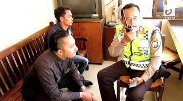 Tak hanya di jalan raya, para debt collector di Surabaya ini berani membuntuti korbannya hingga ke parkiran kantor DPRD Jawa Timur.