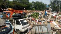 Sampah menumpuk di TPS Pasar Minggu. (Liputan6.com/Nafiysul Qodar)