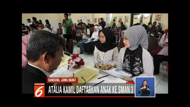 Demi mendaftarkan anak keduanya di SMA Negeri 3 Bandung, istri Gubernur Jawa Barat Ridwan Kamil, Atalia Kamil ikut mengantre penerimaan peserta didik baru (PPDB).