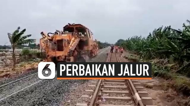 Imbas terendam banjir dan sempat terputus, kini kereta dari dan menuju Jakarta bisa kembali beroperasi dengan normal. Sejumlah perbaikan telah dilakukan PT KAI, meski laju kecepatan kereta masih terbatas.