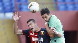Bek Inter Milan, Andrea Ranocchia, duel udara dengan pemain Genoa, Andrea Favilli, pada laga Serie A di Stadion Luigi Ferraris, Sabtu (25/7/2020). Inter Milan menang 3-0 atas Genoa. (Tano Pecoraro/LaPresse via AP)
