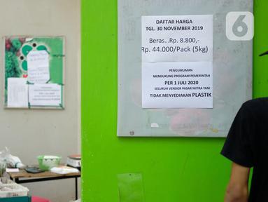 Selebaran pengumuman penggunaan kantong plastik tertempel di Pasar Mitra Tani, Jakarta, Selasa (30/6/2020). Pasar Mitra Tani akan melarang penggunaan kantong plastik sekali pakai untuk seluruh vendor dan konsumen pasar mulai Rabu, 1 Juli 2020. (Liputan6.com/Angga Yuniar)