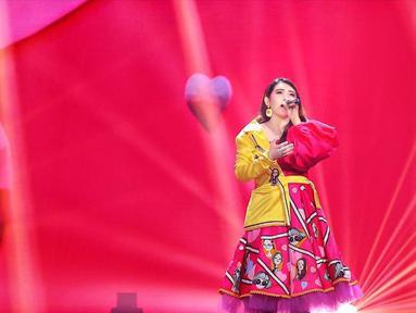 Pelantun lagu Sayang ini selalu memerhatikan gaya penampilannya di atas panggung. Wajar jika ia tampil modis saat bernyanyi seperti memakai busana warna kuning. Ya, dengan perpaduan kuning dan merah muda, Via Vallen terlihat menawan. (Liputan6.com/IG/@viavallen)