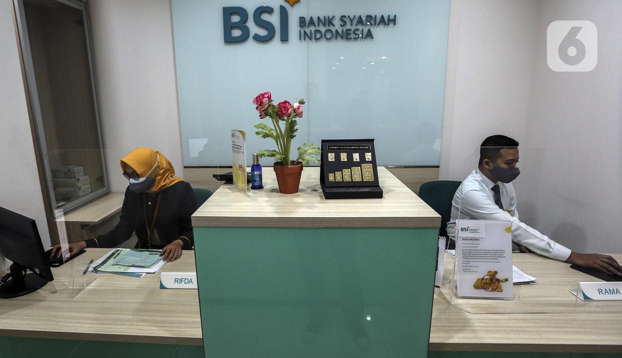 Aktivitas pekerja di kantor cabang Bank Syariah Indonesia, Jakarta Selasa (2/2/2021). PT Bank Syariah Indonesia Tbk (BSI) resmi beroperasi dengan nama baru mulai 1 Februari 2021. (Liputan6.com/Johan Tallo)