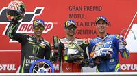 Pebalap LCR Honda, Cal Crutchlow (tengah), merayakan gelar juara pada MotoGP Argentina di Sirkuit Termas de Rio Hondo, Minggu (8/4/2018). Pebalap Inggris itu mencatatkan waktu 40 menit 36.342 detik. (AFP/Juan Mabromata)