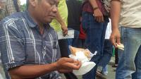 Tak hanya semakin langka, peminat Gula Puan Kerbau juga semakin menurun karena tidak lagi familiar dengan makanan khas Palembang itu. (Liputan6.com/Nefri Inge)