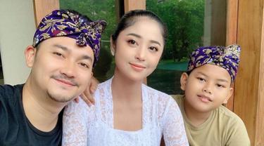 Pesona penyanyi dangdut yang dikenal dengan goyang gergaji ini memang menawan. Dewi Perssik yang kerap disapa DP kini baru liburan di Pulau Dewata Bali bersama keluarga. (Liputan6.com/IG/@dewiperssikreal)