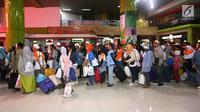 Pemudik antre masuk ke dalam Stasiun Gambir, Jakarta, Selasa (12/9). Sebanyak 1.000 pemudik diberangkatkan menggunakan kereta api executive oleh PT Bank Negara Indonesia (Persero) Tbk. (Liputan6.com/Fery Pradolo)