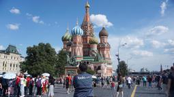Wartawan Bola.com, Okie Prabhowo, berada di depan Saint Basil's Katedral, Moskow, Rusia. (Bola.com/Okie Prabhowo)
