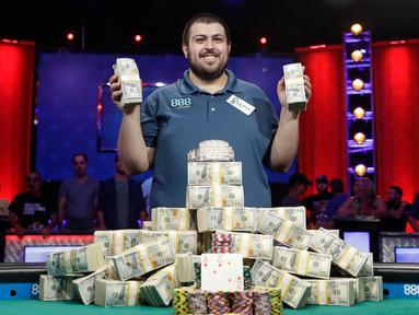 Scott Blumstein dari AS berpose untuk fotografer setelah memenangkan Kejuaraan Dunia Poker (World Series of Poker Main Event) di Las Vegas, Minggu (23/7). Scott berhasil membawa pulang 8.15 juta US Dolar atau sekitar Rp 106,7 miliar (AP Photo/John Locher)