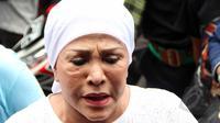 Mpok Atiek berkunjung ke rumah Mpok Nori di kawasan  Bambu Apus, Jakarta Timur, Jumat (3/4/2015). Sejumlah artis mendatangi rumah Mpok Nori setelah mendengar meninggalnya  komedian senior tersebut. (Liputan6.com/Helmi Afandi)