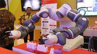 Sebuah robot dari produk teknologi industri ditampilkan dalam pameran Indonesia Industrial Summit 2018 di JCC, Jakarta, Rabu (4/4). Pameran tersebut merupakan pameran teknologi di bidang industri. (Liputan6.com/Angga Yuniar)