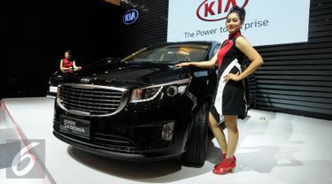 Model berdiri disamping melihat mobil keluaran terbaru dari KIA yang dipamerkan pada GIIAS 2016 di ICE BSD City Serpong, Banten, Kamis (11/8). KIA tipe Grand Sedona dipasarkan mulai Rp 426 hingga 482 juta otr. (Liputan6.com/Helmi Fithriansyah)