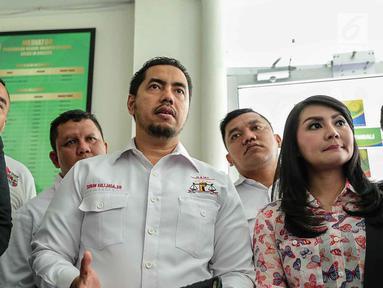 Sandy Tumiwa (kiri) bersama Tessa Kaunang dan kuasa hukumnya Sunan Kalijaga (tengah) saat menggelar mediasi di Pengadilan Negeri Jakarta Selatan, Kamis (1/3). (Liputan6.com/Pool/Adrian)
