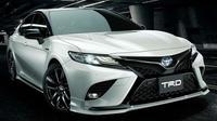 Body kit TRD bikin tampang Toyota Camry lebih sporty. (Autoindustriya)