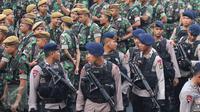 Ratusan personil pengamanan melakukan apel di Bundaran HI, Jakarta, Minggu (1/5). Sebanyak 8.153 petugas dari Polri, TNI, Satpol PP, dan Dinas Perhubungan dikerahkan untuk mengamankan peringatan May Day 2016. (Liputan6.com/Angga Yuniar)