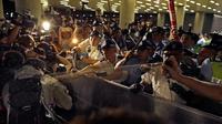 Polisi menyemprotkan merica kepada pengunjuk rasa yang menolak RUU Ekstradisi di luar gedung parlemen, Hong Kong, Senin (10/6/2019). Bentrokan terjadi ketika pengunjuk rasa memaksa masuk ke gedung parlemen di Hong Kong. (AP Photo/Vincent Yu)