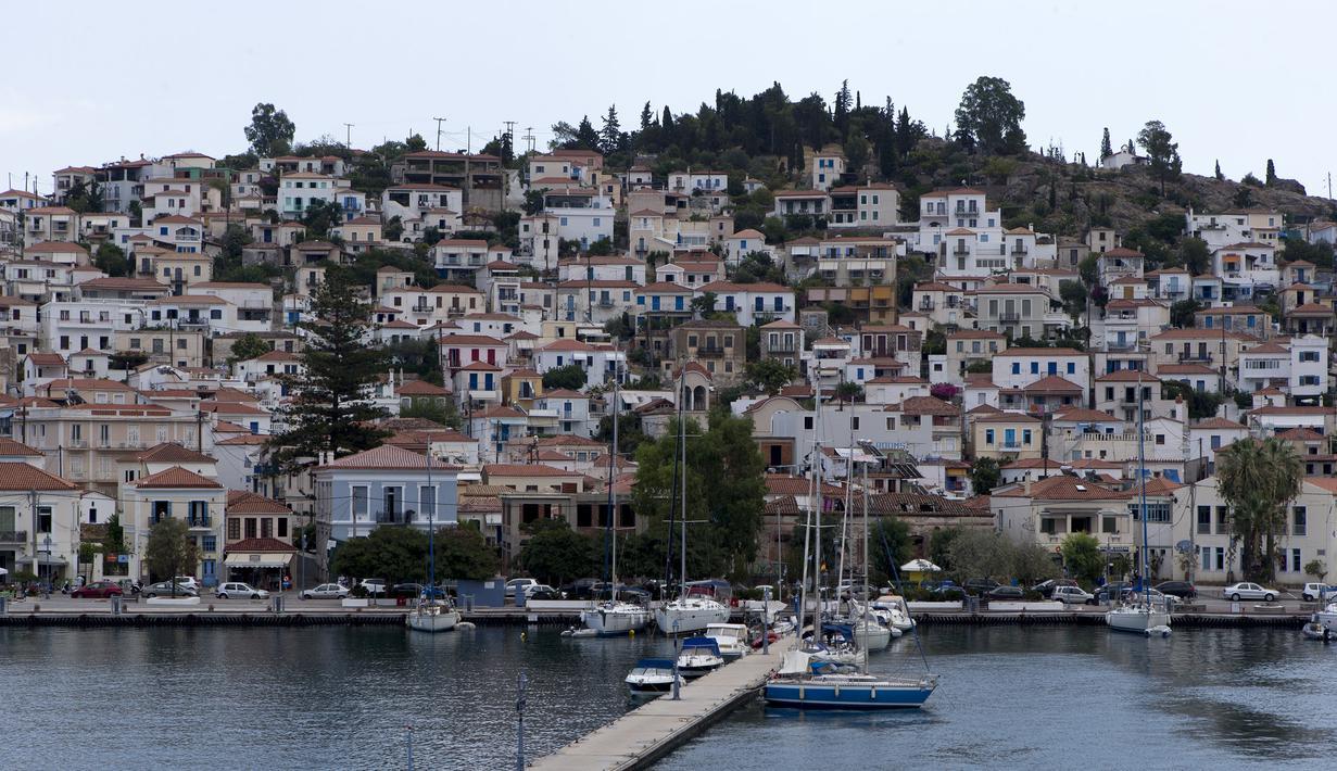 Pemandangan Pulau Poros, sebelah selatan Athena, Yunani (7/8/2020). Terus bertambahnya jumlah kasus terkonfirmasi coronavirus di beberapa wilayah Yunani memaksa pihak berwenang memberlakukan jam malam pertama selama musim pariwisata di Pulau Poros di Teluk Saronic. (Xinhua/Marios Lolos)