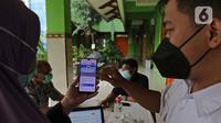 Guru menjelaskan informasi pengajuan akun untuk mengikuti proses  PPDB 2021/2022 di SMA Negeri 87 Jakarta, Senin (7/6/2021).  Pada tahun ini, ada empat jalur pendaftaran yang dibuka meliputi jalur prestasi, afirmasi, zonasi, perpindahan tugas orang tua dan anak guru. (Liputan6.com/Herman Zakharia)