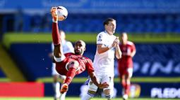Pemain Fulham, Denis Odoi, melakukan tendangan salto saat melawan Leeds United pada laga Premier League di Stadion Elland Road, Sabtu (19/9/2020). Leeds United menang dengan skor 4-3. (Laurence Griffiths/Pool via AP)