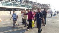 Petugas Imigrasi Kelas I TPI Kupang mengamankan enam Warga Negara Asing (WNA) asal Malaysia karena menggelar sunatan massal ilegal di NTT. (Liputan6.com/ Ola Keda)