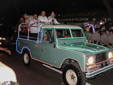 Pasangan Capres dan Cawapres, Joko Widodo dan KH Ma`ruf Amin bersama timses tiba di gedung KPU Pusat, Jalan Imam Bonjol, Jakarta, Jumat (21/9). Jokowi-Ma`ruf tiba menggunakan mobil Land Rover klasik bak terbuka. (Liputan6.com/Fery Pradolo)