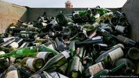 Lebih dari 500 botol anggur palsu dihancurkan di fasilitas daur ulang dan kompos Texas Disposal Systems di Austin, Texas pada 10 Desember 2015. (Foto: AP/ Rodolfo Gonzalez)