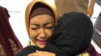 Julia Perez menangis sambil memeluk Ria Irawan (Instagram/@juliaperrezz)