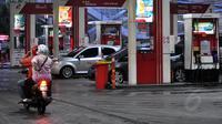 Kendaraan bermotor bersiap mengisi bahan bakar minyak di salah satu SPBU di Jakarta, Rabu (24/12). BPH Migas menyatakan kuota BBM bersubsidi tinggal 1,7% atau 782.000 kiloliter dari total yang dianggarkan dalam APBN-P 2014. (Liputan6.com/Miftahul Hayat)
