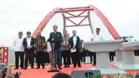 Presiden Joko Widodo atau Jokowi memberi sambutan saat meresmikan tiga ruas Tol Trans Jawa di Kendal, Jawa Tengah, Kamis (20/12). Jakarta-Surabaya maupun sebaliknya sudah bisa dilewati. (Liputan6.com/Angga Yuniar)