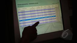 Calon penumpang kereta melakukan reservasi tiket mudik Lebaran di Stasiun Pasar Senen, Jakarta, Senin (13/4/2015). PT KAI mulai menjual tiket kereta untuk keberangkatan H-10 lebaran melalui reservasi online maupun loket. (Liputan6.com/Faizal Fanani)