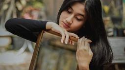 Kecantikan Keisya Levronka membuatnya populer di Instagra,. Hingga sekarang, gadis asal Malang tersebut sudah mendapatkan 479 ribu followers di Instagram. Gaya fotonya yang selalu candid sukses membuat banyak netizen memujinya. (Liputan6.com/IG/@keisyalevronka)