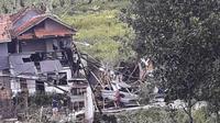 Angin puting beliung yang melanda Desa Mekarsaluyu, Kecamatan Cimenyan, Kabupaten Bandung, pada Minggu (28/3/2021) sore menyebabkan ratusan rumah rusak. (Foto: BPBD Kabupaten Bandung)